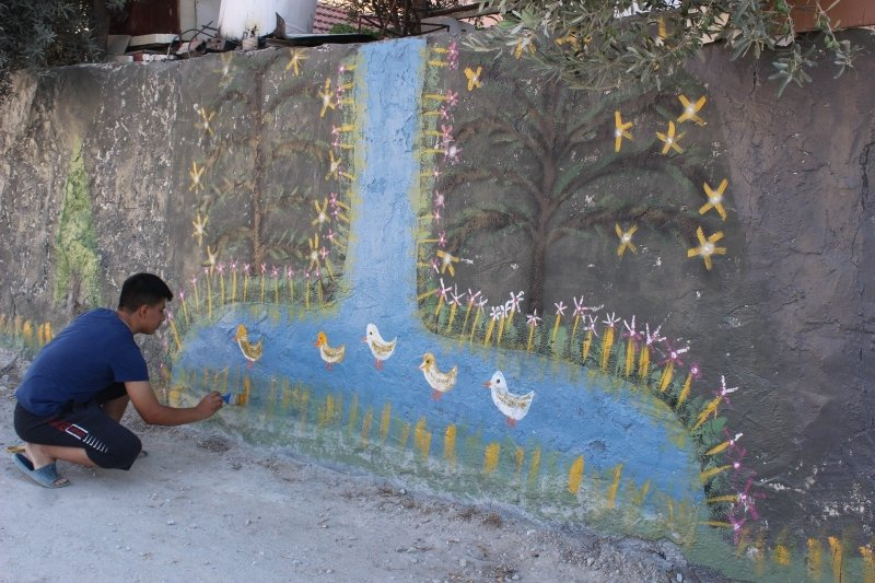 Bahçe Duvarını Sanat Eserine Dönüştürüyor